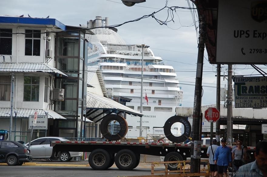 Einfahrt eines Kreuzfahrtschiffes im Hafen von Puerto Limon