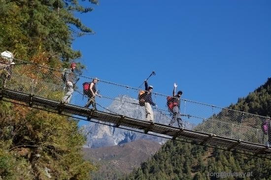 Nepal_103_02_bruecke_gruppe_kumhbi_yul_lha_small