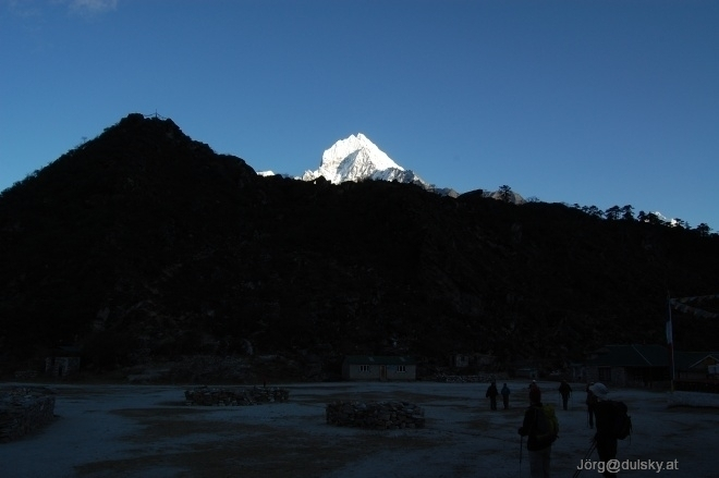 Nepal_104_25_amadablam_mit_hillary_schule_small