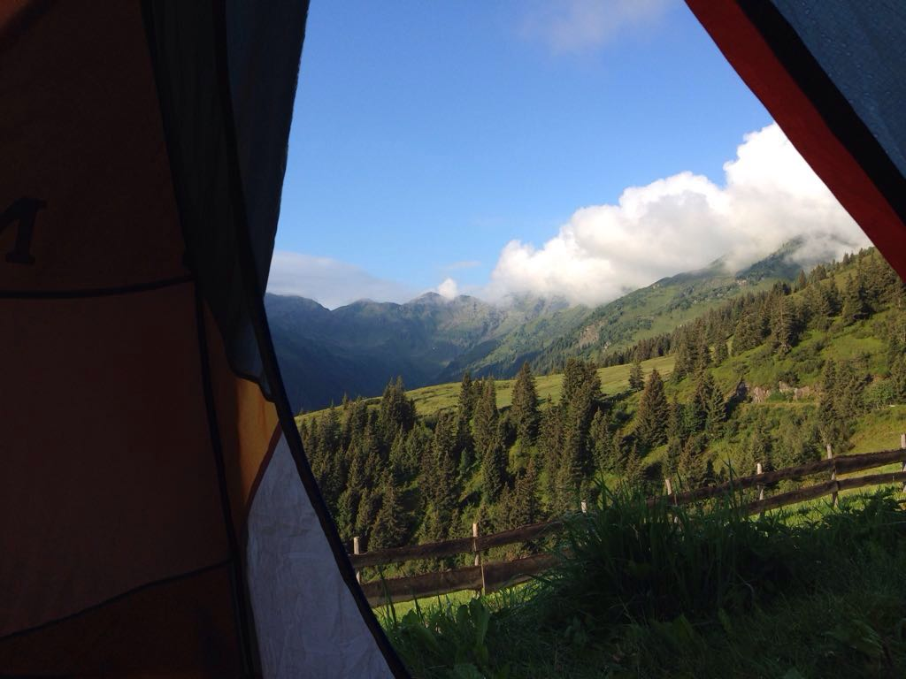 der romatische Blick am Morgen aus dem Zelt
